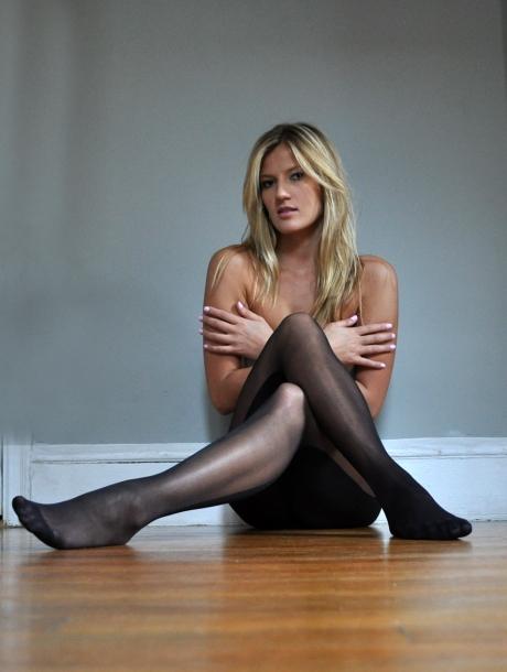 Фото ножки в черных колготках